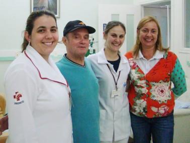 Na esquerda, a enfermeira Manuela, o paciente Antônio, a enfermeira Juliana, e a voluntária da Unionco, Ana Lúcia. O trabalho em equipe é um dos diferenciais para o tratamento dar certo.