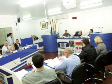 O presidente João Batista de Andrade leu, ontem, em plenário, o decreto que abre a comissão processante que analisará os indícios contra a assessora parlamentar Cynara Guimarães Antunes.