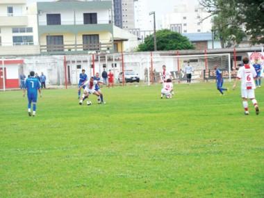 O Hercílio Luz saiu na frente no jogo de ontem. No segundo tempo, o Atlético dominou e empatou, mas perdeu muitos gols.