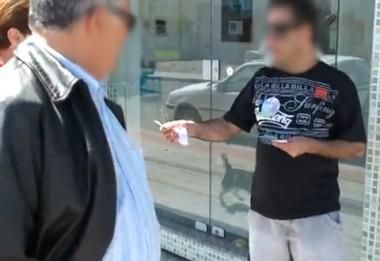 O vídeo mostra claramente o cabo eleitoral oferecendo colinha para quem se descolava para as urnas.