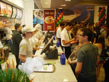 Quem quiser pode ir almoçar hoje no McDonald's. O restaurante abre às 10 horas e fecha no mesmo horário do Farol Shopping, às 22 horas.