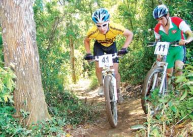 Luiz Henrique Cocuzzi (E), um dos melhores ciclistas do estado, venceu a prova de cross country sem dificuldades, ontem, e garantiu o título antecipado na modalidade para Criciúma.