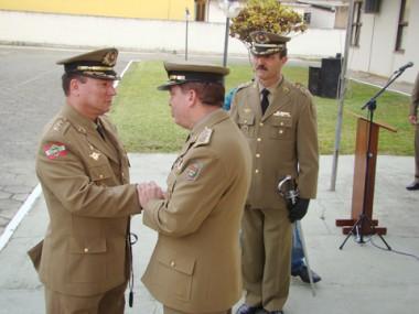 O coronel Fernando José Luiz (E) recebeu o aval para comandar a 8ª Região do comandante geral da PM do estado, coronel Luiz da Silva Maciel (C) e do ex-comandante, o também coronel Edson Luiz Hosang.