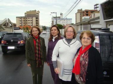 Moradoras da rua e a presidenta da AME (centro) protestam contra a falta de segurança provocada pelo excesso de velocidade dos motoristas.