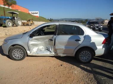 A porta da motorista do Voyage ficou completamente destruída. A colisão foi lateral e não deixou feridos graves.