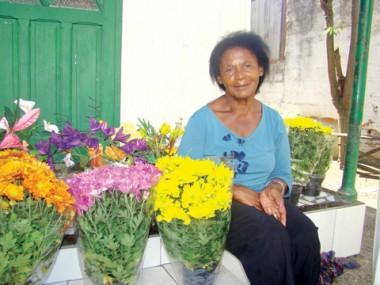 Maria de Lourdes recebeu as flores no sábado e espera vender algumas velas até esta terça-feira.
