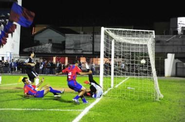 Leandro marcou o único gol da partida ainda no primeiro tempo, aos 17 minutos, e correu para o abraço