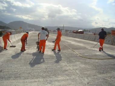 Trabalhadores da Triunfo já preparam a pista superior, sentido sul-norte, do viaduto duplo de acesso para ser asfaltada.