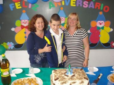 Renan ganhou uma mega festa surpresa, preparada pelas funcionárias da escola onde estuda, em Tubarão.
