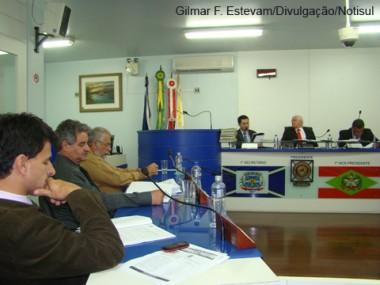 Não houve debate sobre o parecer da comissão, cujo documento foi apresentado cerca de uma hora antes aos vereadores.