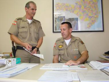 Os majores Joel (E) e Flávio (D) explicam que o projeto deve alcançar toda a cidade em seis meses.