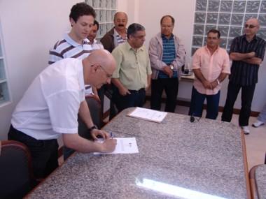 O prefeito Manoel Bertoncini assinou ontem as ordens de serviço para reforma e ampliação de postos.