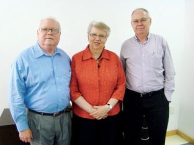 O professor Wilson (D) e o casal de norte-americanos Dewey (E) e Patricia Brown são voluntários da organização Companheiros das Américas e promovem intercâmbios culturais entre as nações.