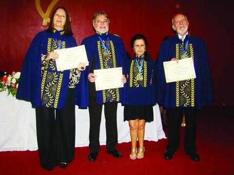 Arary, Vivian e Murilo com seus diplomas e a presidenta Myrian Nunes. As cadeiras 27,28, 29 e 30 serão preenchidas somente daqui há dois anos.