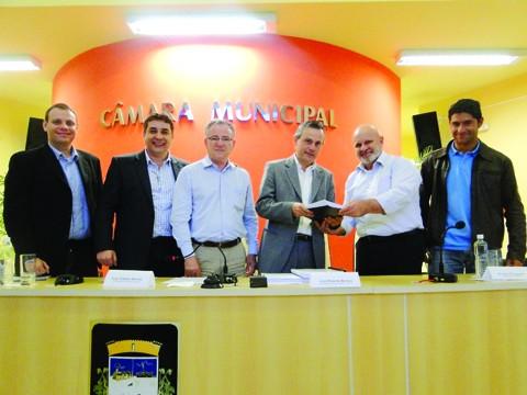 O superintendente da Santos Brasil, Bruno Figurelli (segundo da direita à esquerda) entregou o projeto de duplicação ao prefeito Beto Martins.