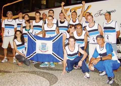 A delegação tubaronense embarcou para São Paulo às 21 horas de ontem. No detalhe, Patrick Luiz Mateus, o mais jovem da turma, 21 anos, e esperança de medalha para Tubarão
