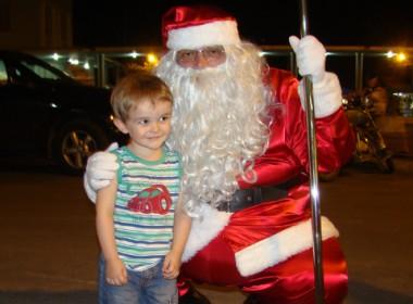 O pequeno Murilo pediu aos pais para ir ver o Papai Noel, que adora receber as cartinhas da criançada.