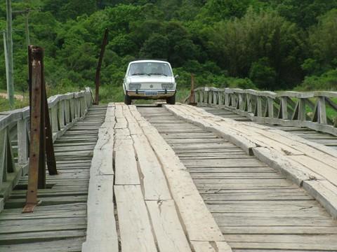 Muitos carros ainda se arriscam e fazem a travessia: a estrutura está bastante comprometida e há tábuas em estado precário.