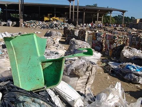 Todo lixo que vai para o aterro sanitário passa por uma triagem realizada por funcionários da Louber. A ideia é separar o que pode ser reciclado.