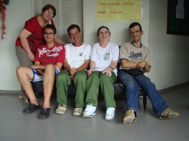 A professora Maria Terezinha entre os candidatos Lucas, José Murilo, Nazaré e Alex. Entre as propostas, está um ônibus adaptado a cadeirantes.