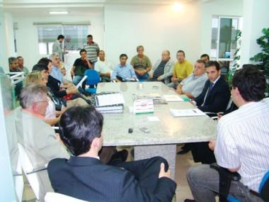 Diretora da Casan, Marly Pacheco, apresentou o projeto de saneamento à câmara na última semana. Prefeito Vânio Uliano não acredita que o investimento será feito em 2011, como promete a estatal.