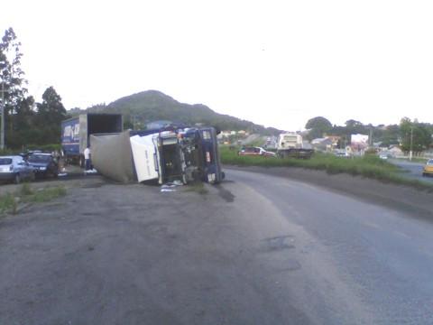 Um caminhão carregado com papel higiênico tombou na  BR-101, em frente ao trevo  de acesso Capivari de Baixo.