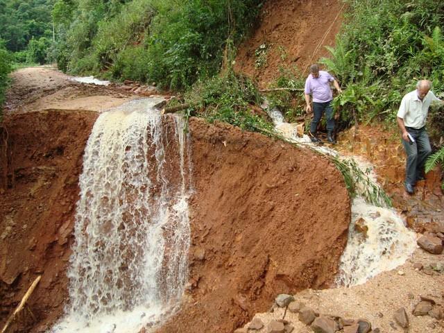 Na comunidade de Rio Pinheiros Baixo, em Orleans, crateras com mais de 30 metros de profundidade se abriram ao longo da estrada principal.