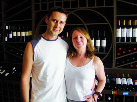 Proprietário de uma loja de vinhos, Eurico Alves de Oliveira e a gerente Sueli Ferreri alertam que os preços vão subir.