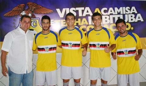 O diretor de futebol Fabiano Pierri (E) apresentou oficialmente os quatro últimos reforços da Águia do Litoral.