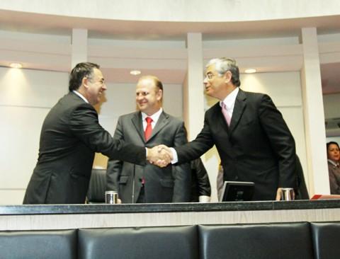 Raimundo Colombo e Eduardo Pinho Moreira no momento da posse, neste sábado, em Florianópolis.