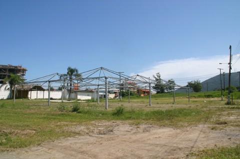 Infraestrutura do Festival Nacional do Camarão, com oito mil metros quadrados, começou a ser montada no fim de semana.