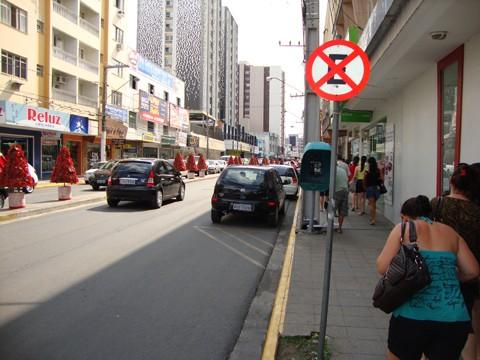 Muitos motoristas não respeitam a sinalização e estacionam em locais proibidos, como em faixa amarelas ou vagas destinadas a idosos