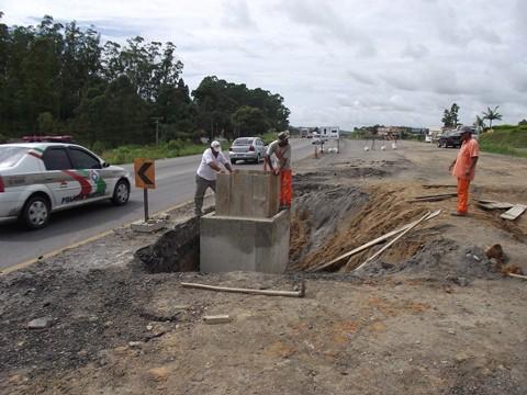 Trabalhos de drenagem nas proximidades do bairro São Cristóvão exigem atenção dos motoristas
