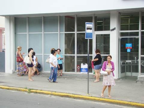 No ponto em frente ao  Bradesco, na avenida Marcolino Martins   Cabral, as pessoas  aguardam o ônibus ao relento
