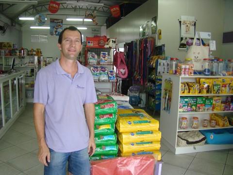 O proprietário da agropecuária e pet shop Quatro Patas, Gladston Buri, alerta que as pessoas devem pesquisar e verificar a procedência antes adotar um bichinho para não ter problemas depois
