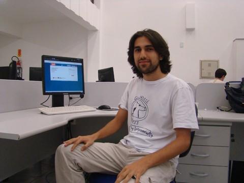 O analista de sistemas Israel controla seus gastos há um ano com ajuda de um programa de computador gratuito desenvolvido por ele, acessado pela internet (http://www.jahsoft.com.br/)