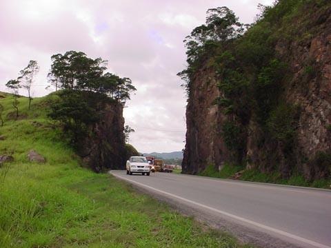 A abertura do túnel no Morro do Formigão, em Tubarão, é um dos três pontos que ficaram fora na  concorrência original para a duplicação do trecho sul da BR-101, em 2004.
