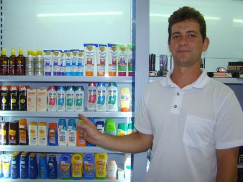 No verão, as pessoas lembram de passar o protetor solar, prática que deveria ser adotada o ano inteiro. Na farmácia Vide Bula, em Tubarão, as vendas nesta época aumentam 70% em comparação com os outros meses.