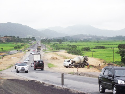 Ruas laterais são asfaltadas para receber os desvios, necessários ao avanço da obra