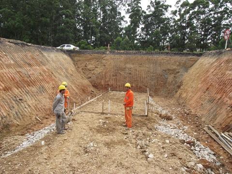 A vala para abrigar as estruturas já foi escavada. O próximo passo é iniciar a concretagem das fundações da nova galeria