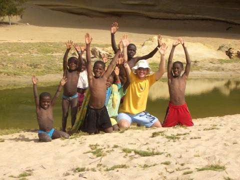 Ricardo brinca entre a crianças angolanas