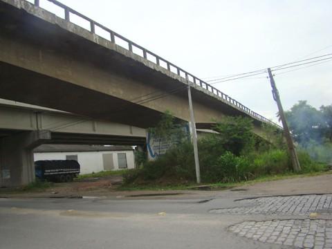 Ponte Cavalcanti, na BR-101 está feia. Contudo, conforme levantamento feito pelo Dnit, a estrutura está intacta. Reforma é articulada.