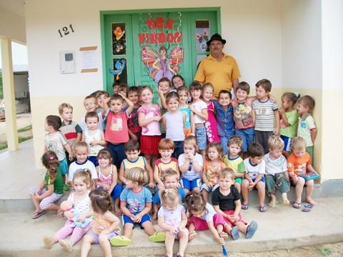 As crianças adoram o vovô Geraldo.