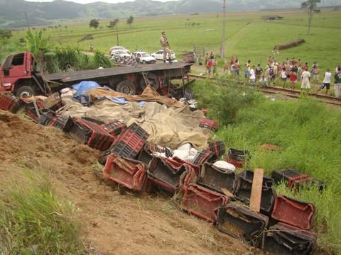 A Polícia Militar foi acionada para evitar que fossem saqueados os 15 mil quilos de arroz transportados pelo caminhão que tombou na 101.