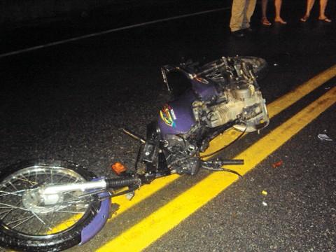 Colisão envolveu um caminhão e uma motocicleta.