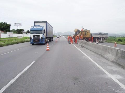 Motoristas devem ficar atentos nos trechos onde é feita a edificação das barreiras New Jersey, em Tubarão.