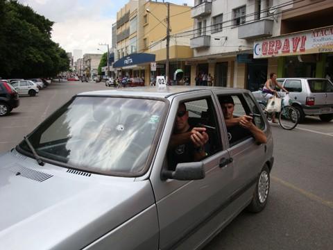 Guardas municipais participaram da simulação do assassinato de Marcelo. A foto mostra o momento em que os bandidos atiraram.