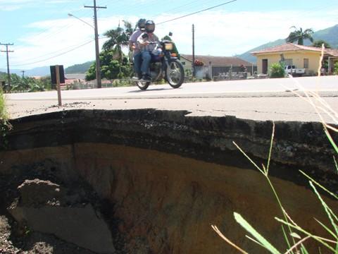 Buracão na SC-438, em Braço do Norte, fica em uma curva. Um perigo para um motorista desavisado que precise usar o acostamento.