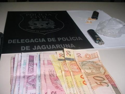 A polícia encontrou dinheiro e pedras de crack escondidas nos isqueiros.