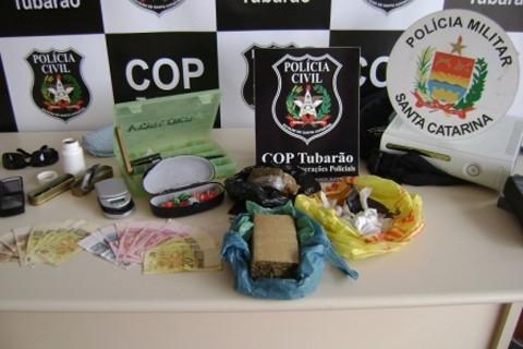 Maconha, cocaína, uma balança de precisão e material para embalar a droga foram apreendidos pela equipe da COP, com apoio da Polícia Militar.
